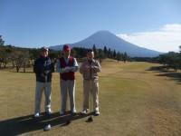スタート前に富士をバックに記念写真、右から浅原相談役、前川朝霧ジャンボリーゴルフ倶楽部理事長、加藤幹事長